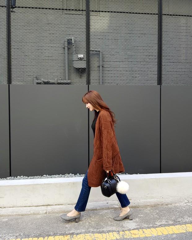 Nếu đang định sắm skinny jeans, bạn đừng mua loại bó chịt mà hãy chọn dáng ôm vừa phải như thế này mới là đúng mốt 2018 - Ảnh 7.
