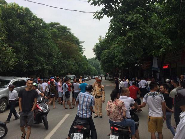 """Gần 100 cảnh sát vây bắt đối tượng có """"hàng nóng"""" cố thủ trong nhà - Ảnh 1."""