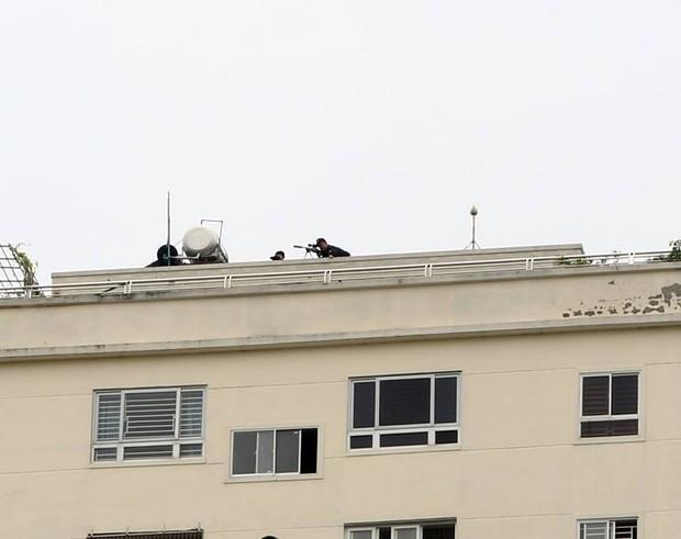 """Gần 100 cảnh sát vây bắt đối tượng có """"hàng nóng"""" cố thủ trong nhà - Ảnh 2."""