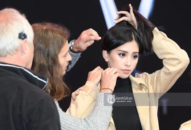 Hoa hậu Trần Tiểu Vy tất bật tập luyện cho sự kiện ra mắt xe VINFAST - Ảnh 6.