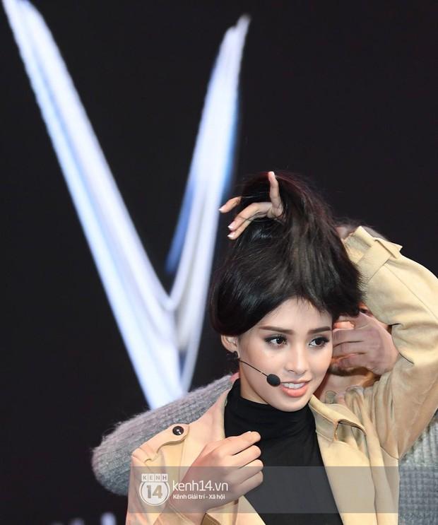 Hoa hậu Trần Tiểu Vy tất bật tập luyện cho sự kiện ra mắt xe VINFAST - Ảnh 7.