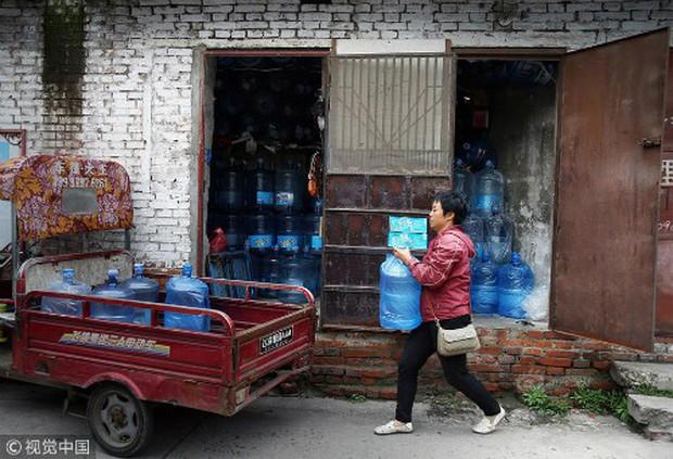 Mỗi ngày bê 70 thùng nước kiếm 20 triệu một tháng, người phụ nữ Trung Quốc mua nhà thành phố chỉ sau 3 năm - Ảnh 2.