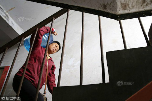Mỗi ngày bê 70 thùng nước kiếm 20 triệu một tháng, người phụ nữ Trung Quốc mua nhà thành phố chỉ sau 3 năm - Ảnh 4.