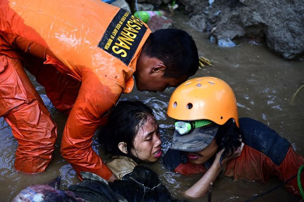 Toàn cảnh công tác cứu hộ trong thảm họa động đất sóng thần ở Indonesia - Ảnh 1.