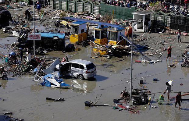 Indonesia chôn cất tập thể các nạn nhân thảm họa động đất, sóng thần - Ảnh 1.