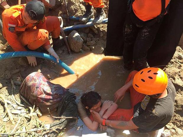Toàn cảnh công tác cứu hộ trong thảm họa động đất sóng thần ở Indonesia - Ảnh 11.