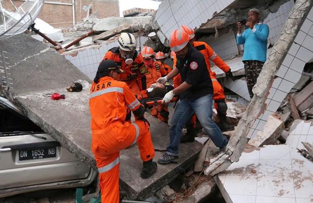 Toàn cảnh công tác cứu hộ trong thảm họa động đất sóng thần ở Indonesia - Ảnh 3.