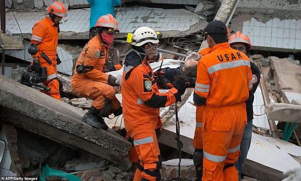 Toàn cảnh công tác cứu hộ trong thảm họa động đất sóng thần ở Indonesia - Ảnh 9.