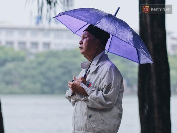 Chùm ảnh: Hà Nội đã có ngày đầu tiên đón gió lạnh đầu mùa thực sự! - Ảnh 19.
