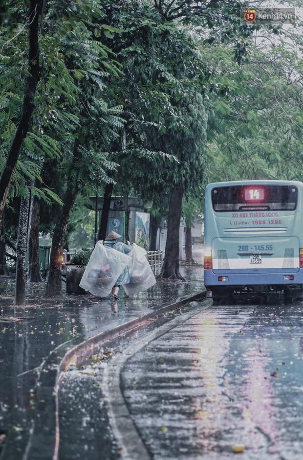 Chùm ảnh: Hà Nội đã có ngày đầu tiên đón gió lạnh đầu mùa thực sự! - Ảnh 1.