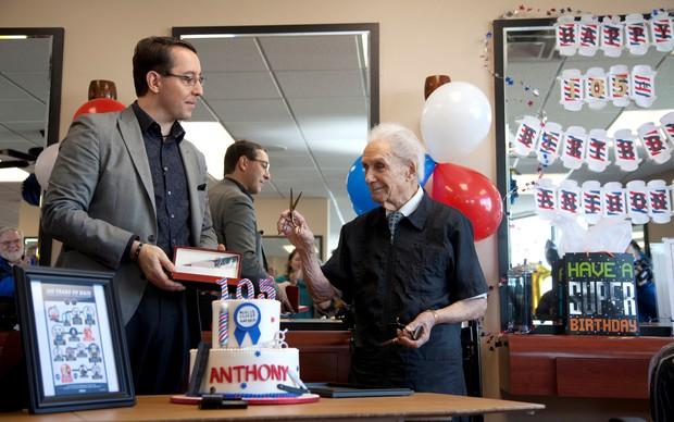 Ông trăm tuổi làm nghề cắt tóc: suốt 96 năm vẫn miệt mài công việc vì 1 lí do đầy bất ngờ, cảm động - Ảnh 1.