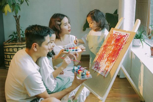 Lưu Hương Giang - Hồ Hoài Anh lần đầu chụp ảnh gia đình đủ 4 thành viên, hé lộ con gái hơn 2 tuổi lớn phổng phao - Ảnh 1.