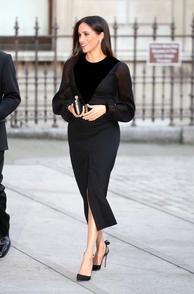 Sau 5 tháng làm dâu Hoàng gia, váy áo tinh tế thanh lịch nhiều không đếm hết nhưng Công nương Meghan lại có tới 3 lần mặc đồ kém duyên - Ảnh 1.