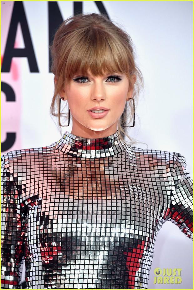 Nếu để gọi tên bộ trang phục của Taylor Swift tham dự AMA 2018 thì đó hẳn phải là quả cầu disco - Ảnh 1.