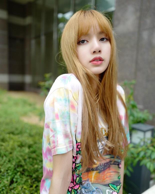 Báo Thái tiết lộ 10 sự thật về Lisa (Black Pink), thông tin về bố nuôi nổi tiếng thế giới của cô đặc biệt gây chú ý - Ảnh 2.