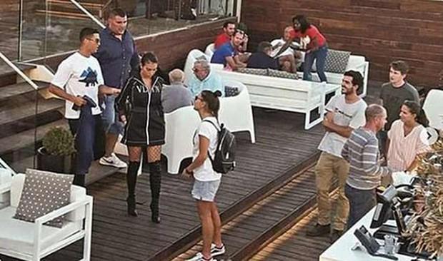 Không hội quân cùng Bồ Đào Nha, Ronaldo lén gặp luật sư bàn kế giải quyết vụ hiếp dâm - Ảnh 1.