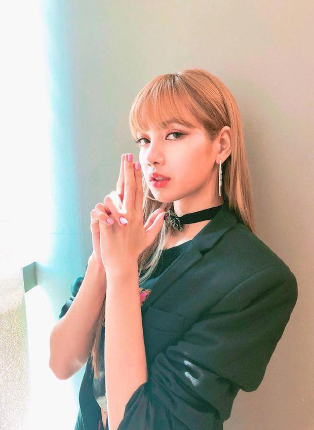 Báo Thái tiết lộ 10 sự thật về Lisa (Black Pink), thông tin về bố nuôi nổi tiếng thế giới của cô đặc biệt gây chú ý - Ảnh 15.