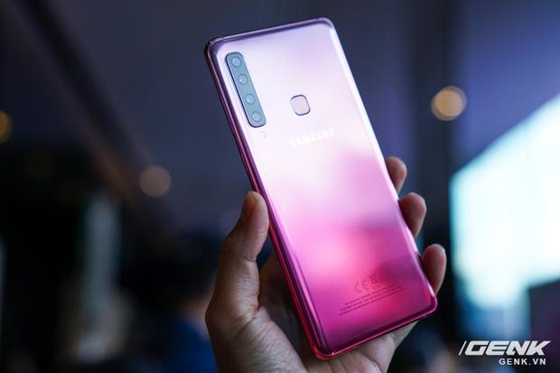 Ảnh thực tế Samsung Galaxy A9 (2018) và Galaxy A7 vừa ra mắt: Thiết kế gọn, màu Gradient đẹp mắt, nhiều camera tốt - Ảnh 1.