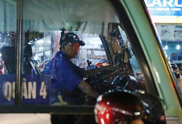 Kẹt xe kinh hoàng sau cơn mưa chiều ở Sài Gòn, trẻ em mệt mỏi ngủ trên xe máy - Ảnh 16.
