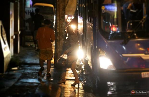 Kẹt xe kinh hoàng sau cơn mưa chiều ở Sài Gòn, trẻ em mệt mỏi ngủ trên xe máy - Ảnh 13.