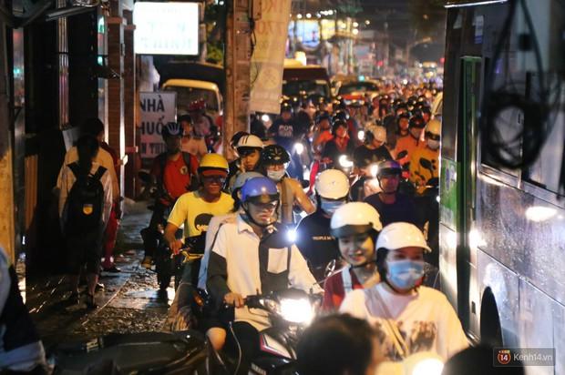 Kẹt xe kinh hoàng sau cơn mưa chiều ở Sài Gòn, trẻ em mệt mỏi ngủ trên xe máy - Ảnh 20.