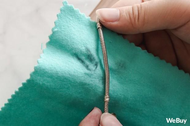 Chiếc khăn xanh ma giáo biến trang sức bạc xỉn màu trở nên lồng lộn như mới - Ảnh 4.