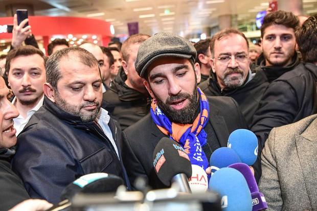 Sốc: Đấm vỡ mũi ca sĩ, cựu đồng đội của Messi vác súng đến bệnh viện để... xin lỗi - Ảnh 1.