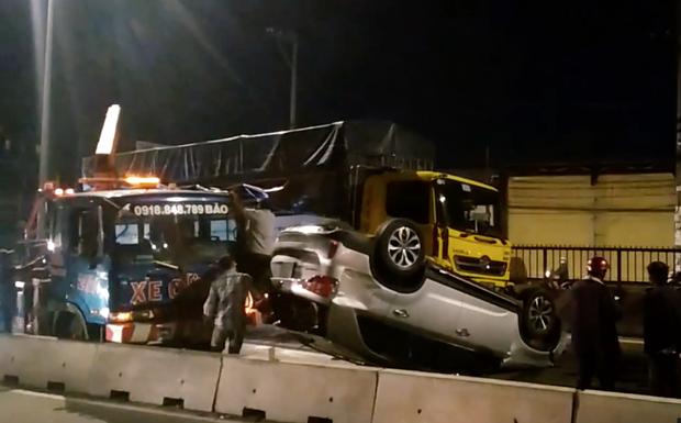 TP.HCM: Ô tô 7 chỗ bị xe tải đâm lật ngửa và văng nhiều mét, một em bé bị thương - Ảnh 3.
