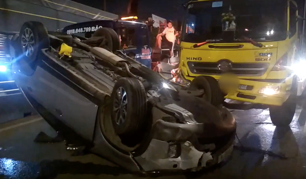 TP.HCM: Ô tô 7 chỗ bị xe tải đâm lật ngửa và văng nhiều mét, một em bé bị thương - Ảnh 2.