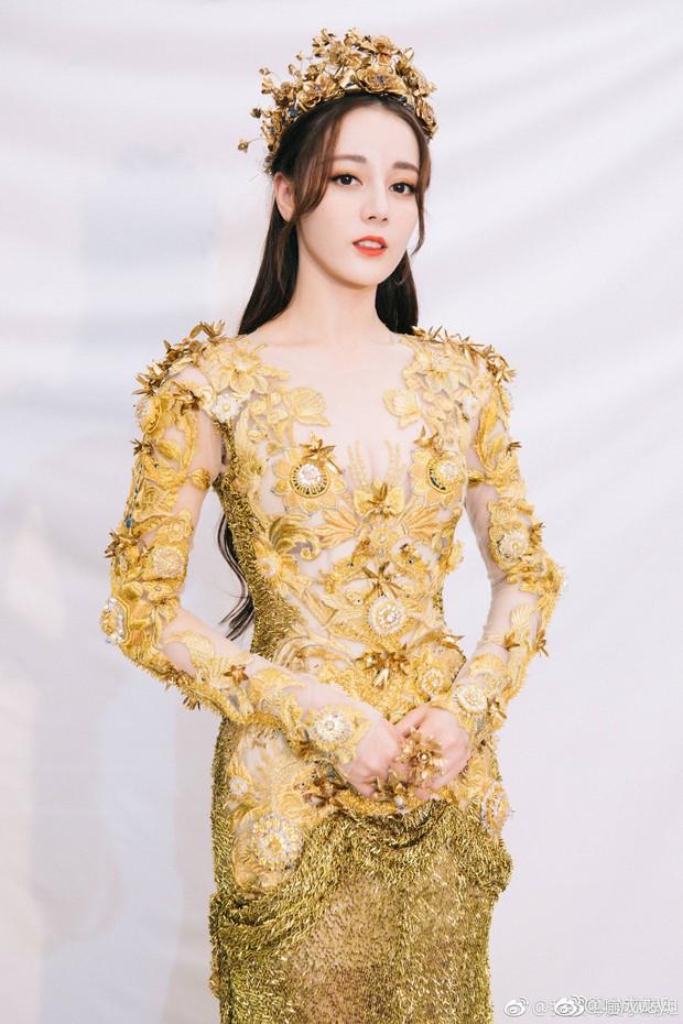 Mỹ nhân cực phẩm nhất đêm nay: Địch Lệ Nhiệt Ba hoá thân thành Nữ thần Kim Ưng, xuất sắc như tiên giáng trần - Ảnh 1.