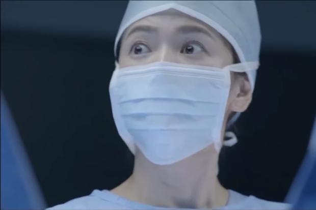Phải chăng Hậu Duệ Mặt Trời bê nguyên xi cảnh phim trong bản gốc vào bản Việt? - Ảnh 4.