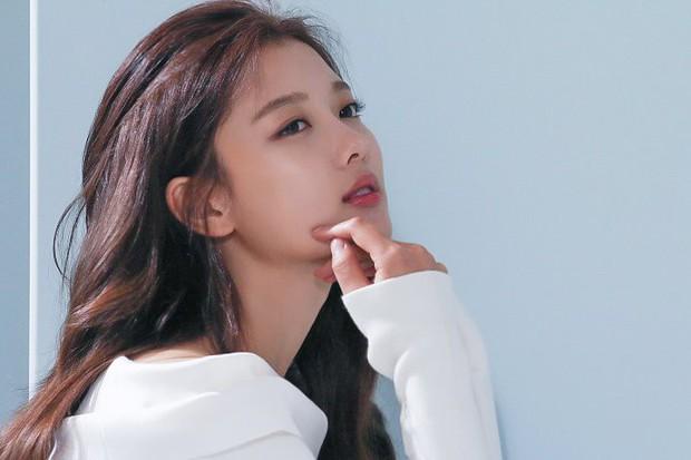 Ảnh hậu trường không còn gì để nói của Kim Yoo Jung: Nhan sắc của thiếu nữ 19 tuổi đẹp nhất xứ Hàn là đây! - Ảnh 9.