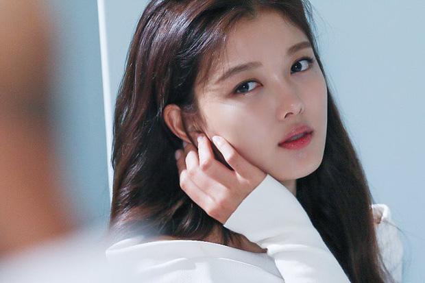Ảnh hậu trường không còn gì để nói của Kim Yoo Jung: Nhan sắc của thiếu nữ 19 tuổi đẹp nhất xứ Hàn là đây! - Ảnh 8.