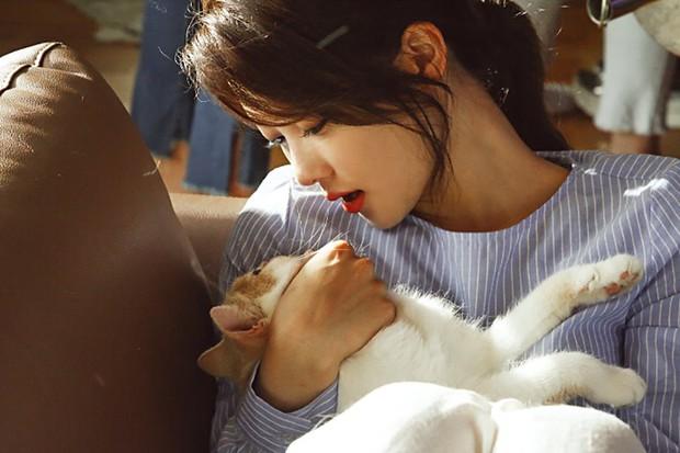Ảnh hậu trường không còn gì để nói của Kim Yoo Jung: Nhan sắc của thiếu nữ 19 tuổi đẹp nhất xứ Hàn là đây! - Ảnh 7.