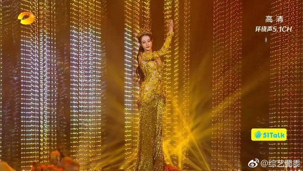 Địch Lệ Nhiệt Ba mất điểm trầm trọng vì bắp tay lớn dù đẹp như tiên giáng trần khi trở thành Nữ thần Kim Ưng - Ảnh 4.