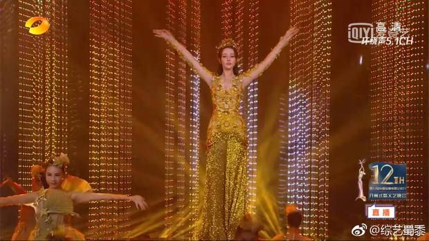 Địch Lệ Nhiệt Ba mất điểm trầm trọng vì bắp tay lớn dù đẹp như tiên giáng trần khi trở thành Nữ thần Kim Ưng - Ảnh 3.