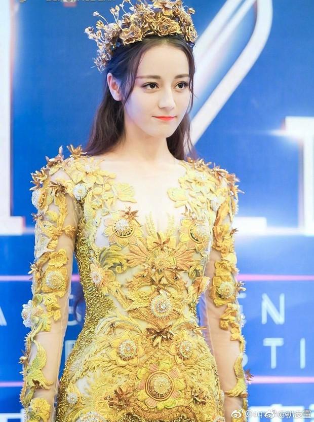 Địch Lệ Nhiệt Ba mất điểm trầm trọng vì bắp tay lớn dù đẹp như tiên giáng trần khi trở thành Nữ thần Kim Ưng - Ảnh 2.