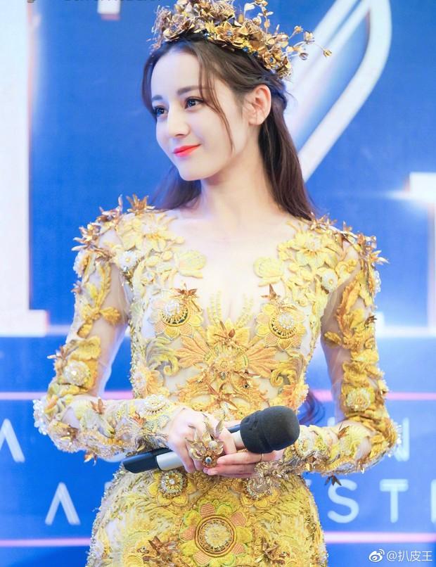 Địch Lệ Nhiệt Ba mất điểm trầm trọng vì bắp tay lớn dù đẹp như tiên giáng trần khi trở thành Nữ thần Kim Ưng - Ảnh 1.