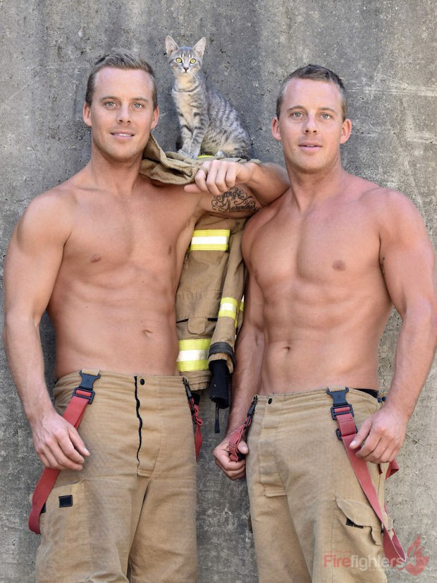 Lính cứu hỏa Úc lại tung bộ lịch nóng bỏng mắt: Trai đẹp sáu múi hiền hòa bên thú cưng - Ảnh 35.