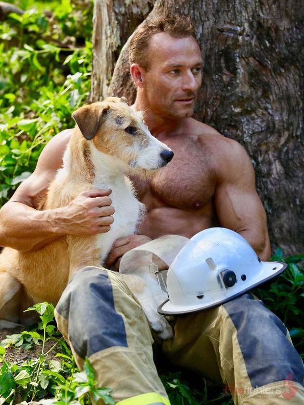Lính cứu hỏa Úc lại tung bộ lịch nóng bỏng mắt: Trai đẹp sáu múi hiền hòa bên thú cưng - Ảnh 14.