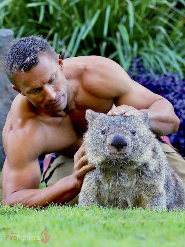 Lính cứu hỏa Úc lại tung bộ lịch nóng bỏng mắt: Trai đẹp sáu múi hiền hòa bên thú cưng - Ảnh 32.