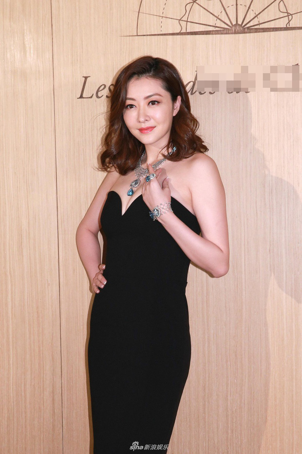 Lần đầu xuất hiện sau khi sinh con, siêu mẫu số 1 Hong Kong Hùng Đại Lâm khoe vóc dáng nóng bỏng hút mắt - Ảnh 2.