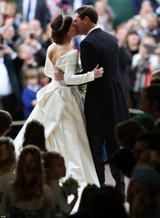 Không chỉ hở bạo, váy cưới của cháu gái Nữ hoàng Anh còn có điểm đặc biệt này khác xa Meghan Markle và Kate Middleton - Ảnh 2.