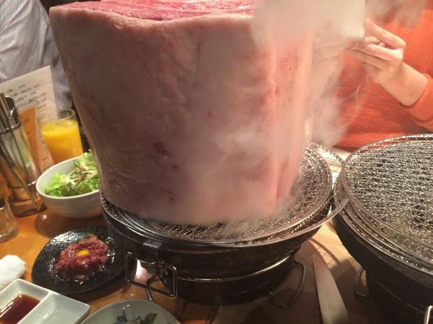 Cũng vẫn bán thịt bò nướng như nhiều chỗ nhưng tại sao cửa hàng tại Nhật này lại khiến cộng đồng mạng dậy sóng? - Ảnh 2.