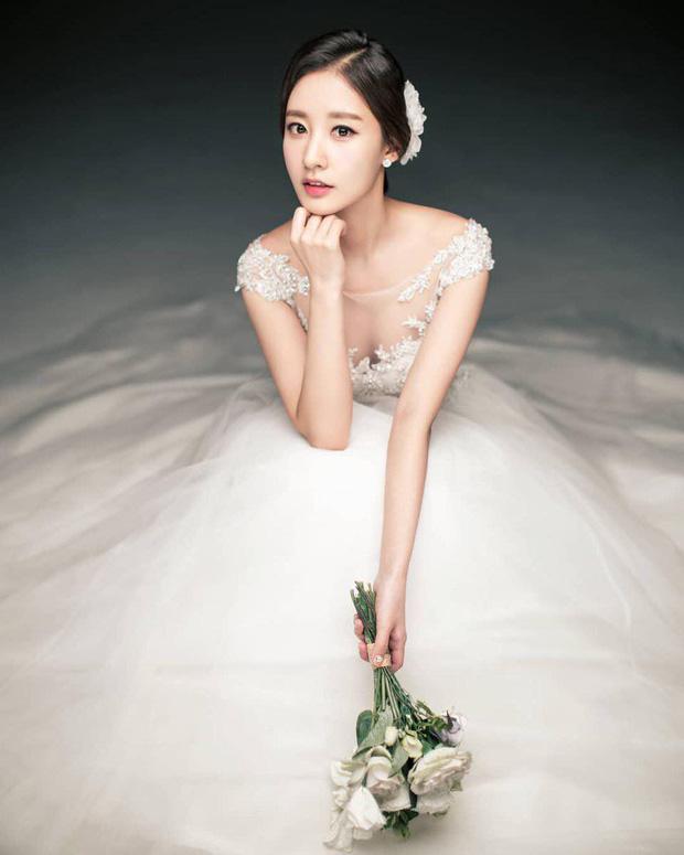 Hôn lễ chị gái nổi tiếng của Chanyeol: Dàn mỹ nam EXO gây bão, song nhan sắc của cô dâu mới là tâm điểm - Ảnh 17.