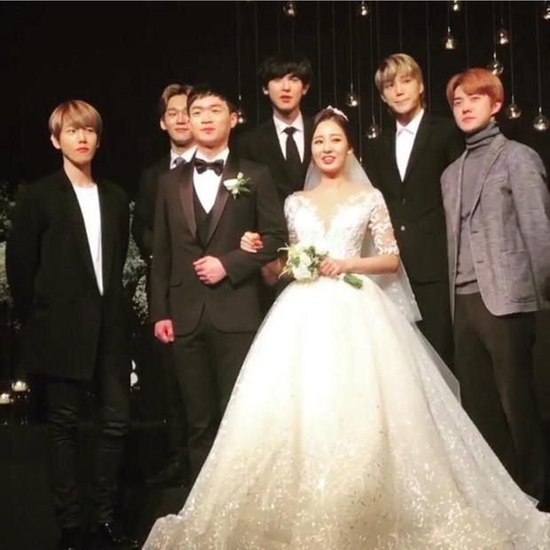 Hôn lễ chị gái nổi tiếng của Chanyeol: Dàn mỹ nam EXO gây bão, song nhan sắc của cô dâu mới là tâm điểm - Ảnh 7.