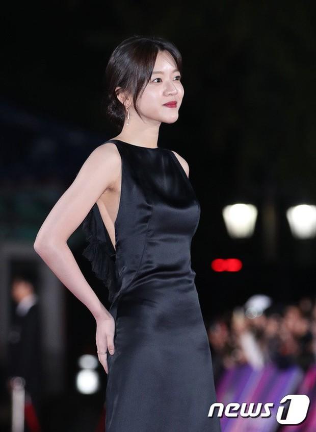 Thảm đỏ hot nhất Hàn Quốc hôm nay: Bạn gái G-Dragon bối rối vì ngực khủng, Jung Hae In đổ bộ cùng 30 ngôi sao - Ảnh 27.