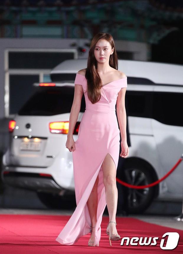 Thảm đỏ hot nhất Hàn Quốc hôm nay: Bạn gái G-Dragon bối rối vì ngực khủng, Jung Hae In đổ bộ cùng 30 ngôi sao - Ảnh 26.