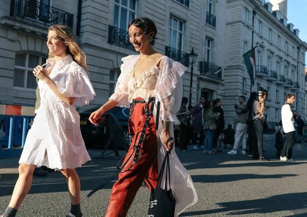 Nhìn qua loạt street style đỉnh nhất Tuần lễ thời trang Xuân-Hè 2019, chắt lọc được ngay 8 xu hướng này - Ảnh 15.