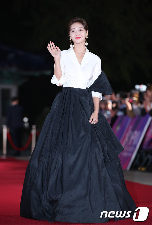 Thảm đỏ hot nhất Hàn Quốc hôm nay: Bạn gái G-Dragon bối rối vì ngực khủng, Jung Hae In đổ bộ cùng 30 ngôi sao - Ảnh 28.